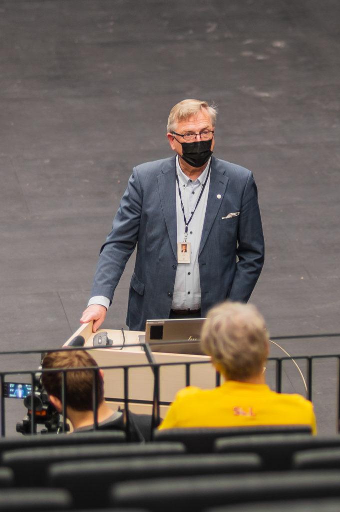 Musiikkikampuksen johtaja Hannu Ikonen esittelemässä Musiikkikampusta uudessa salissa.