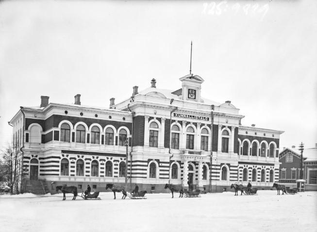 Mustavalkokuva kaupungintalosta katutasossa