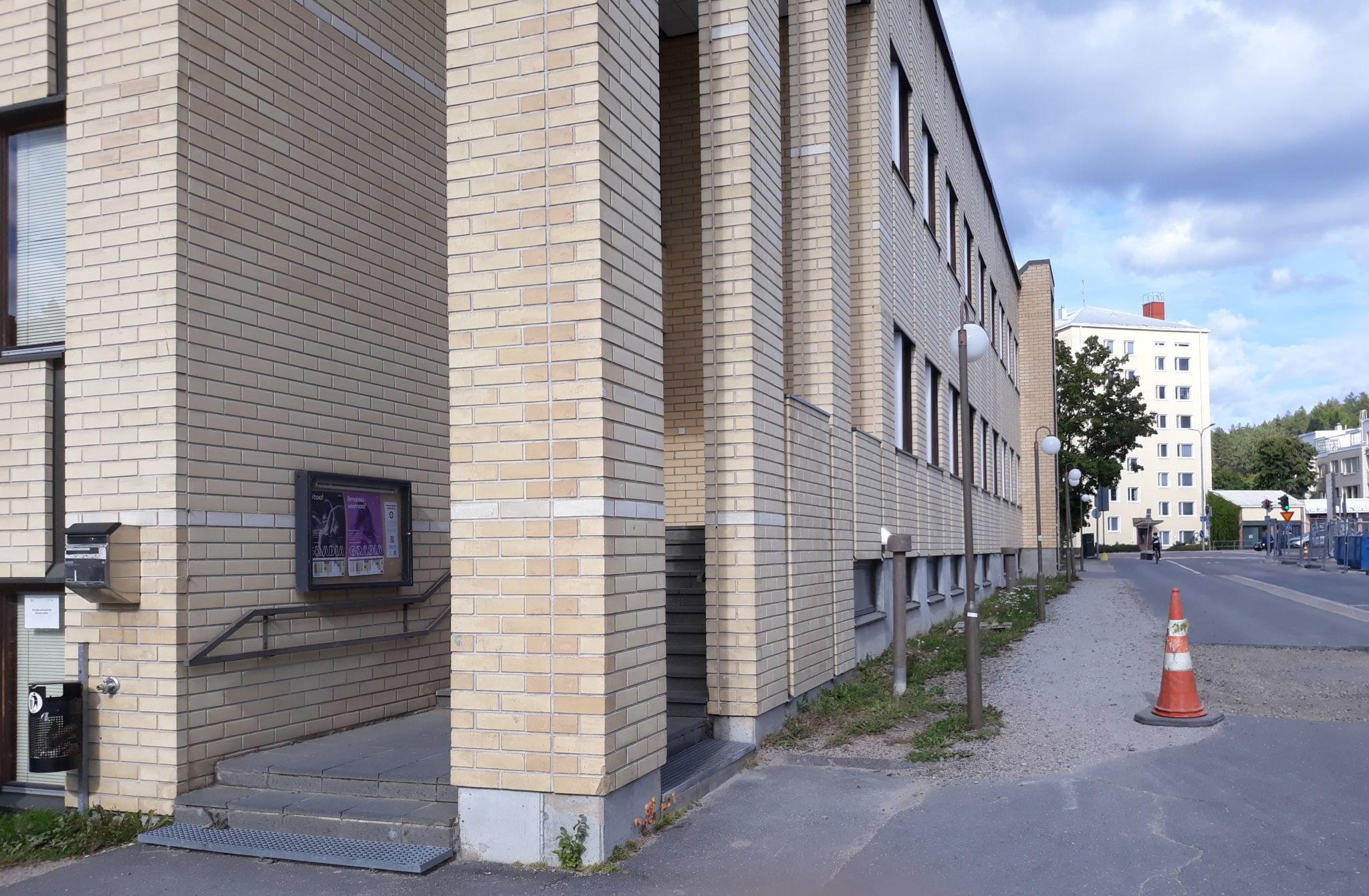 Kuva Musiikkikampuksen Gradian keltaisesta tiilirakennuksesta