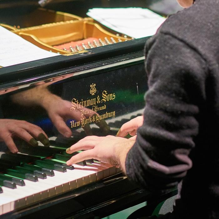 Lähikuva pianistin käsistä